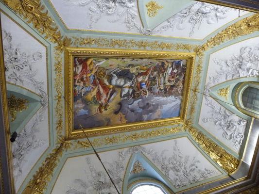 Na tomto strope vidieť prechod medzi neoklasicistickou a empírovou výzdobou - Kráľovský palác Reggia di Caserta