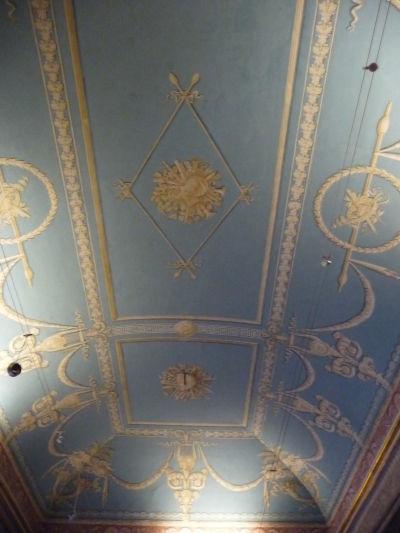 Veľmi striedma neoklasicistická dekorácia stropu v kráľovskom paláci Reggia di Caserta