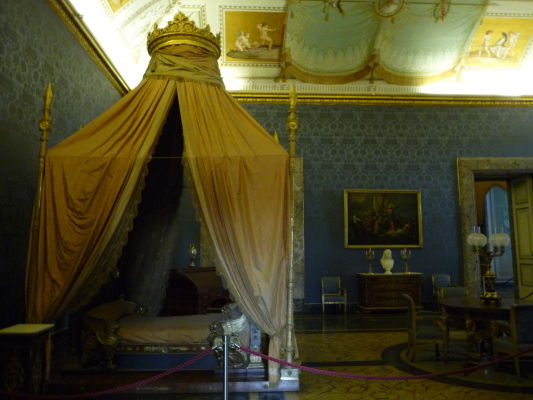 Kráľovská spálňa v kráľovskom paláci Reggia di Caserta