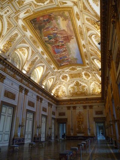 Strop v tejto miestnosti je typickou ukážkou empíru, štýlu inšpirovaného obdobím Napoleona - Kráľovský palác Reggia di Caserta