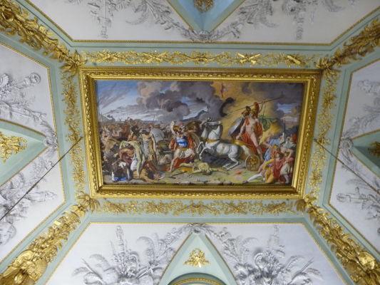 Jeden z ďalších stropov predstavujúcich mix štýlov - nechýba dramatickosť baroka, ale motívy sú jasne antické (príklon k neoklasicizmu) - Kráľovský palác Reggia di Caserta