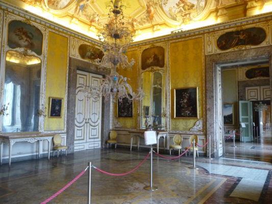 Jedna z ďalších miestností v barokovom štýle v kráľovskom paláci Reggia di Caserta