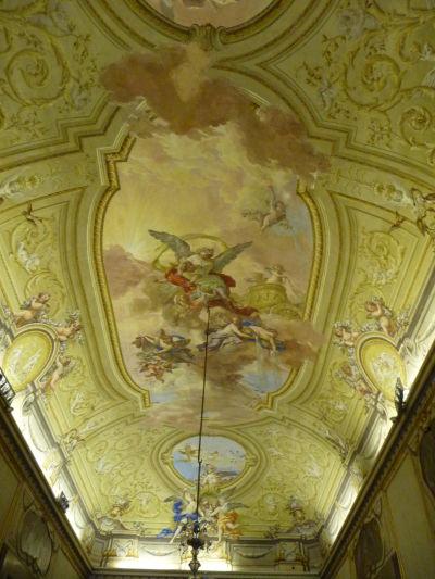 Jeden z bohato zdobených stropov v kráľovskom paláci Reggia di Caserta - vidieť tu prechod medzi barokom a neoklasicizmom