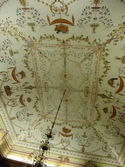 Jeden z bohato zdobených stropov v kráľovskom paláci Reggia di Caserta - je tu už vidieť vplyv neoklasicizmu