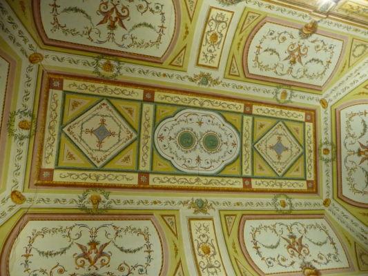 Jeden z bohato zdobených stropov v kráľovskom paláci Reggia di Caserta