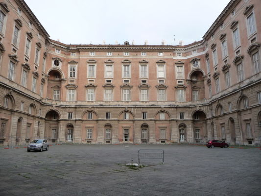Jedno z nádvorí kráľovského paláca Reggia v Caserte