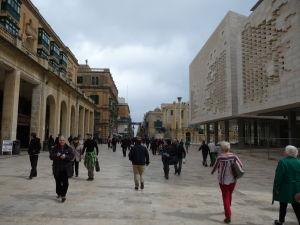V uliciach Valletty - Ulica rebubliky, hlavná pešia ulica - Vpravo parlament a za ním Kráľovský operný dom