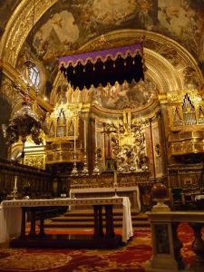 Interiéry Katedrály sv. Jána - Hlavný oltár, v strede mramorové súsošie Jána Krstiteľa krstiaceho Ježiša