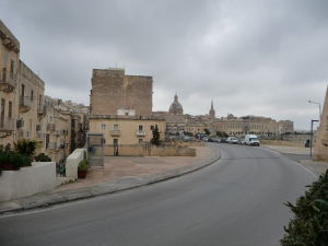 Kupola Baziliky Matky Božej vľavo a veža Katedrály sv. Pavla vpravo