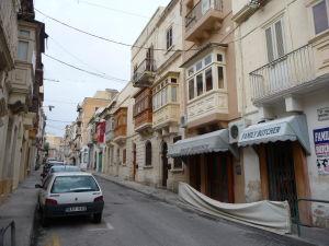 Uličky s typickými balkónmi v Slieme