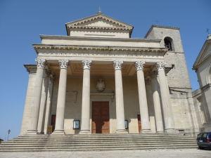 Bazilika sv. Marína - Priečelie zdobia korintské stĺpy