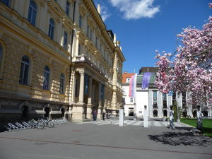 Maribor - Slomškovo námestie - Mariborská univerzita vľavo, vzadu Slovinské národné divadlo