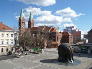 Pohľad na Námestie slobody (Chrám Márie Matky Milosti a Pamätník J. B. Tita) z Mariborského zámku