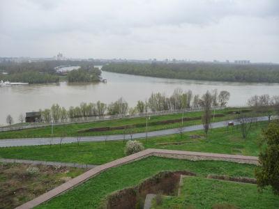 Výhľad z pevnosti na rieku Sáva (vľavo) vlievajúcu sa do Dunaja