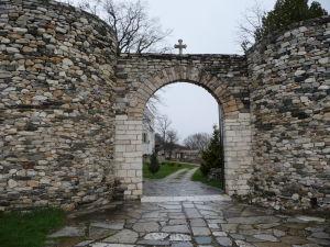 Vchod v hradbách kláštora Studenica