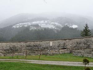 Okolité hory ešte stále zasnežené (polovica apríla)