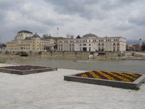 Múzeum macedónskeho boja v strede a Národné divadlo vľavo