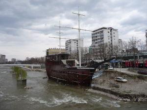 Riečka Vardar ma síce sotva 20 centimetrov, ale veľká plachetnica na nej chýbať nemôže