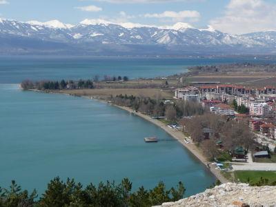 Modrá hladina Ohridského jazera a balkánske hory