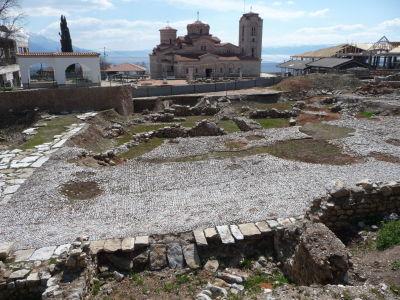 Archeologické nálezisko a v pozadí Kostol sv. Klimenta
