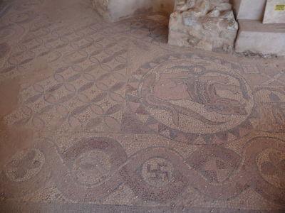 Krstiteľnica s mozaikami so svastikami