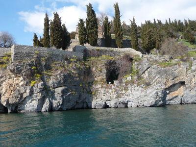 Kostol sv. Jána na Kaneu - V štrbine pod ním sa nachádza jaskyňa s ikonami