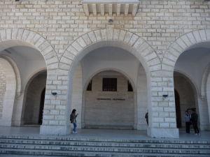 Vchod do Polytechnickej univerzity v Tirane