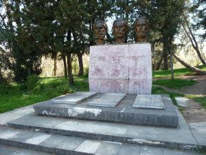 Mestský park v Tirane - Jeden z mnohých pamätníkov