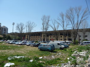 Takto vyzerá okoli hlavného (národného) štadióna Qemala Stefu