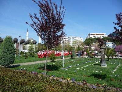 Veľký park na námestí Sheshi Parruce