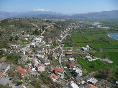 Výhľad z pevnosti na okolie a zasnežené vrcholky hôr