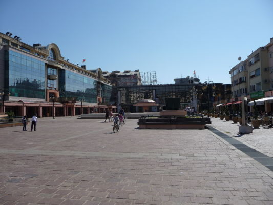 Rímske námestie (Rimski Trg), prezývaný i Vektra a centrum spoločenského života v Podgorici