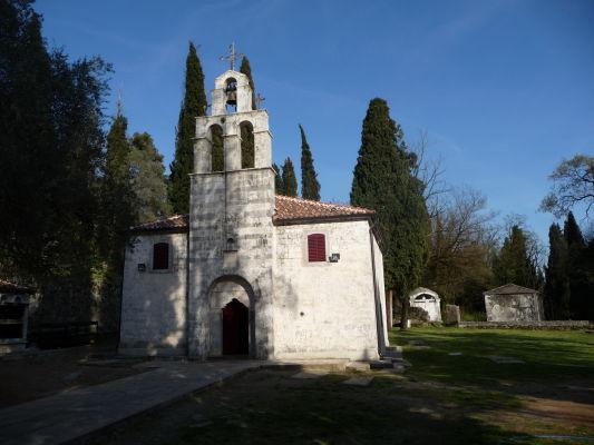 Kostol sv. Juraja v Podgorici, v pozadí masívne hroby miestneho cintorína