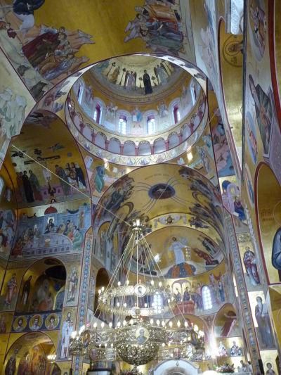 Zlato dominuje interiérovej výzdobe Katedrály Vzkriesenia Krista v Podgorici