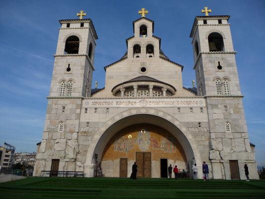 Fasáda a hlavný vchod Katedrály Vzkriesenia Krista v Podgorici