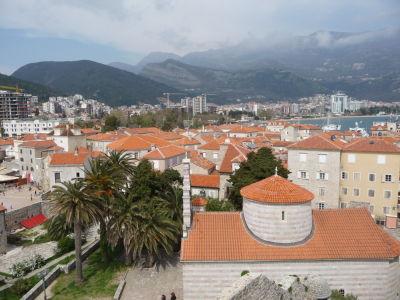 Pohľad na Budvu z hradieb citadely - v pozadí moderné mesto