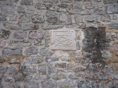 Symbol Budvy na hradbách citadely