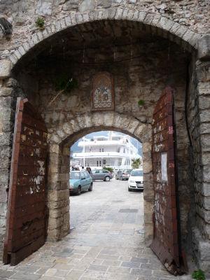 Jedna z brán v opevnení Budvy