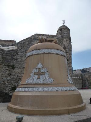 Zvon pred hradbami starého mesta