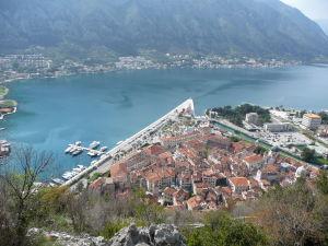 Kotor má tvar trojuholníka zarezávajúceho sa do Kotorského zálivu