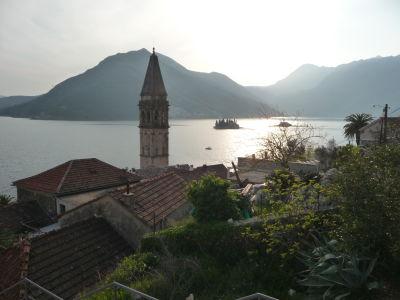 Perast, zvonica a Kotorský záliv - v pozadí vidieť i dva miestne ostrovy