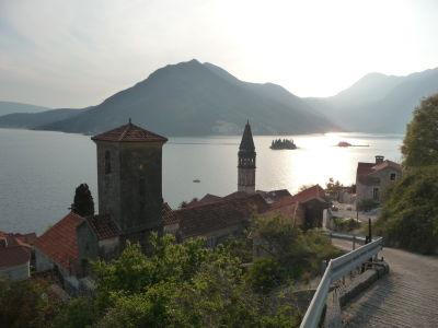 Perast a Kotorský záliv - v pozadí dva ostrovy - Ostrov sv. Juraja a Gospa od Škrpjela