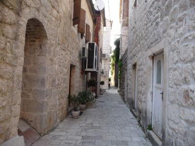 V uličkách Peraste