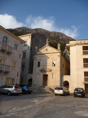 Jeden z kostolov v Perasti