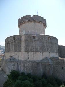 Pohľad na impozantné hradby mesta a jednu z veží