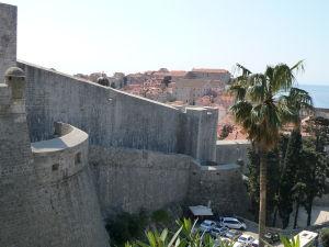 Pohľad na impozantné hradby mesta