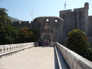 Pohľad z kamenného mosta na hradby mesta a bránu Pile