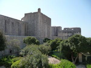 Pohľad z kamenného mosta na hradby mesta