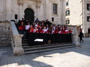 Spevácky zbor pred Chrámom sv. Blažeja