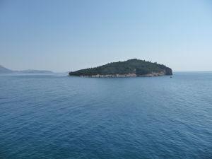 Pohľad na ostrov Lokrum z hradieb mesta